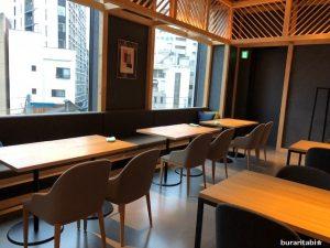 オシャレな椅子が並ぶカフェ
