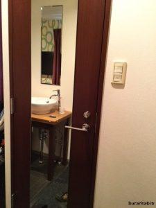 鏡付きのドア