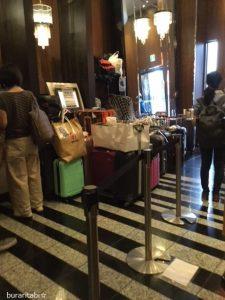 荷物がたくさんあるフロント
