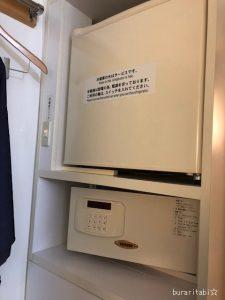 入口の棚の上に冷蔵庫とセーフティボックス