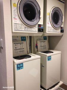 二つ並んだ洗濯乾燥機