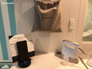 机に置かれたスマートフォン