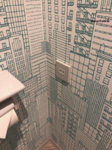 トイレの壁紙とコンセント