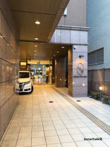 長いホテルの入口