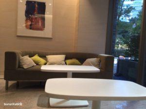 ロビーにあるソファーとテーブル