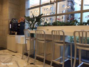 電源コンセントがついたロビーの椅子