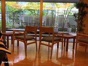 椅子が多数並ぶ