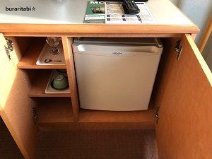 冷蔵庫とグラス類
