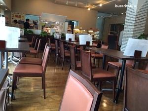 椅子がたくさん並んだカフェ内
