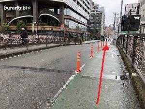 信号の右の橋