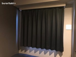 カーテンでしめられた部屋