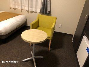 椅子とテーブルが設置