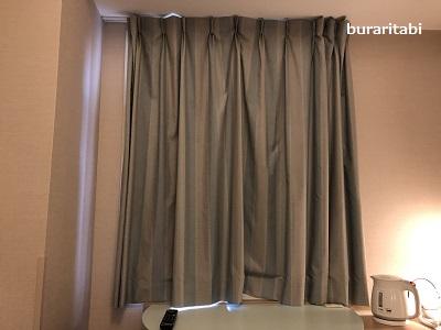 カーテンでしまった窓